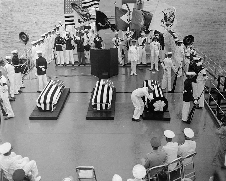 Military funeral for the WWII and Korean War unknowns aboard USS CANBERRA (CA-70). (img:Wikipedia)